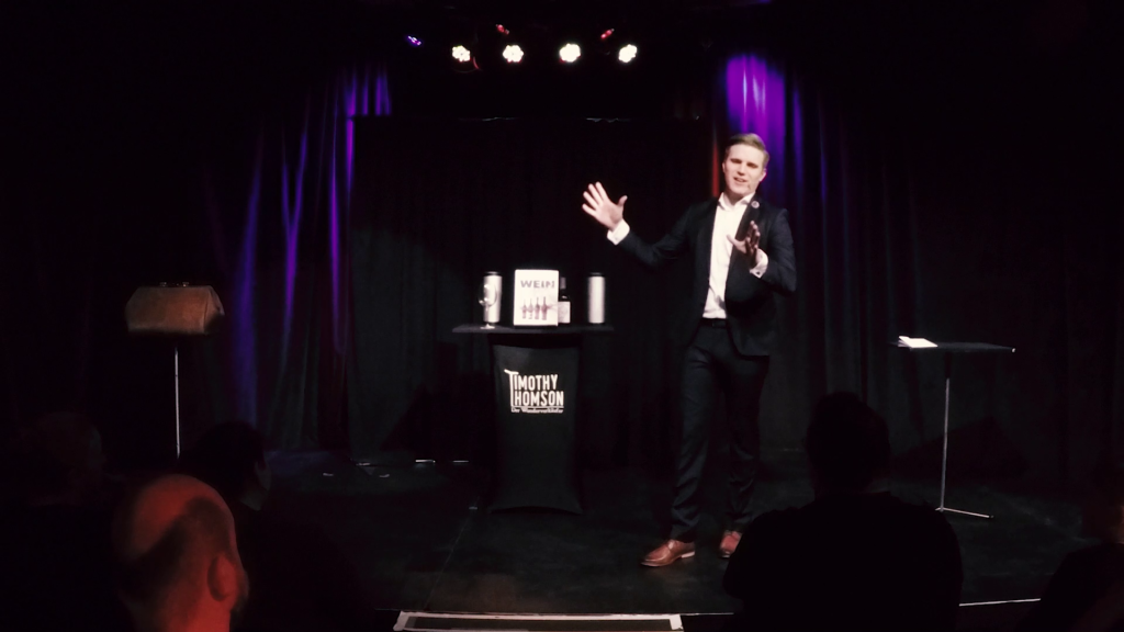 Timothy Thomson begruesst die Zuschauer. Standbild aus dem Trailer