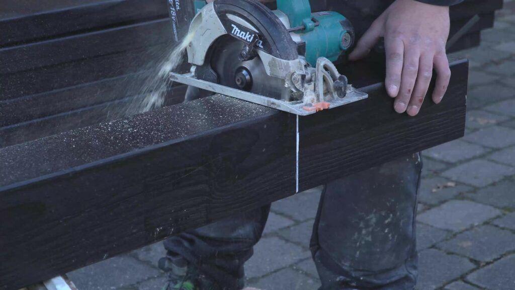 Holz wird mit Kreissäge bearbeitet